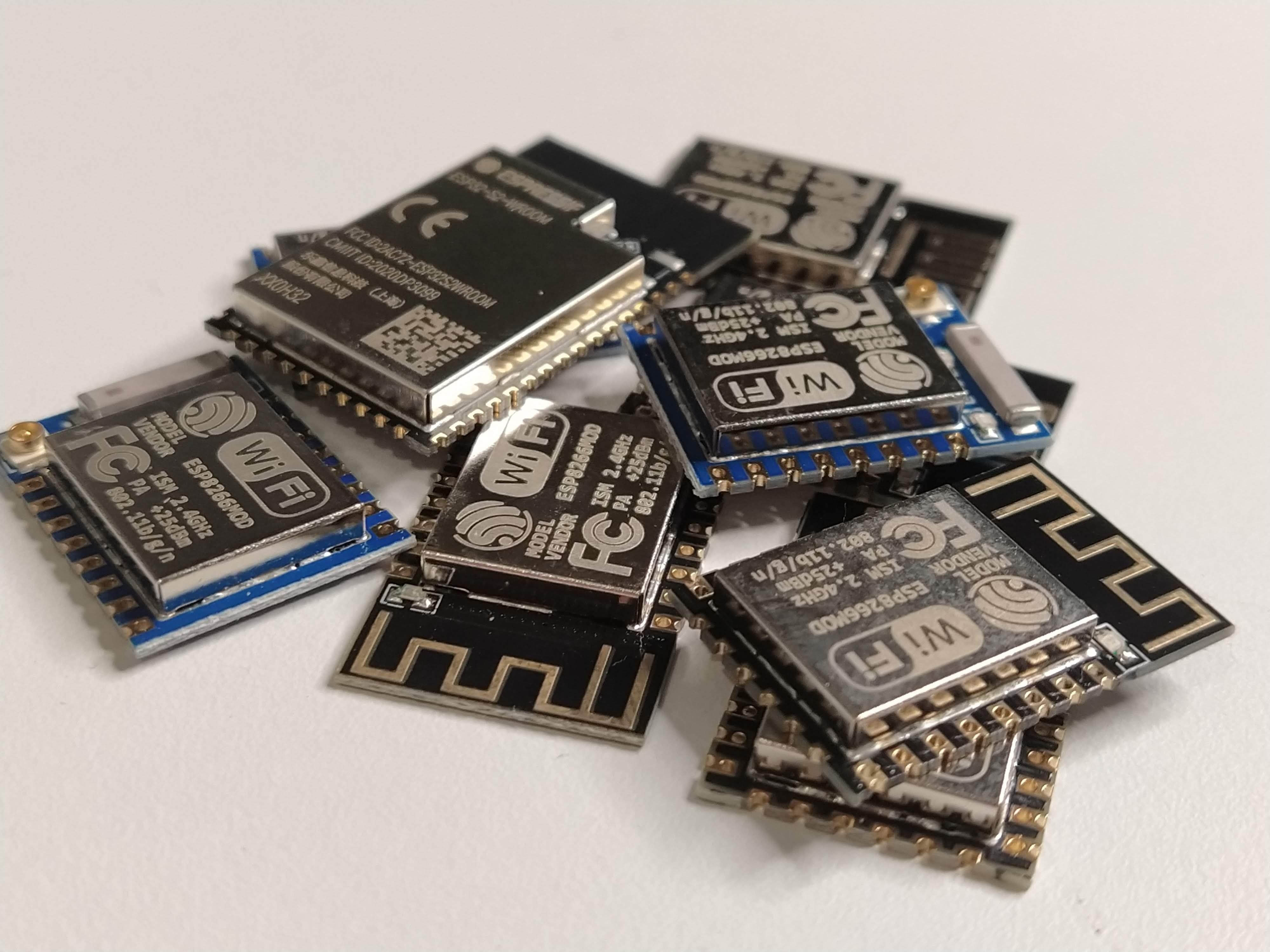 Un grupo de placas Espressif ESP8266 e ESP32-S2